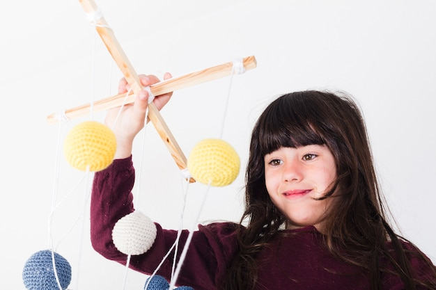Linda chica manipulando marioneta