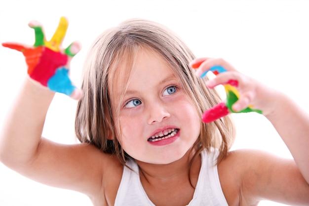 Linda chica con manos manchadas de pintura