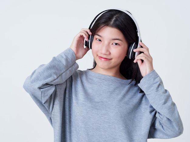 Linda chica mientras escucha música