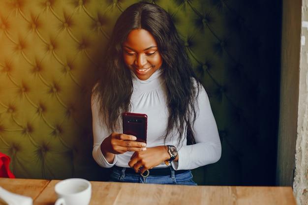 Linda chica negra en un cafe