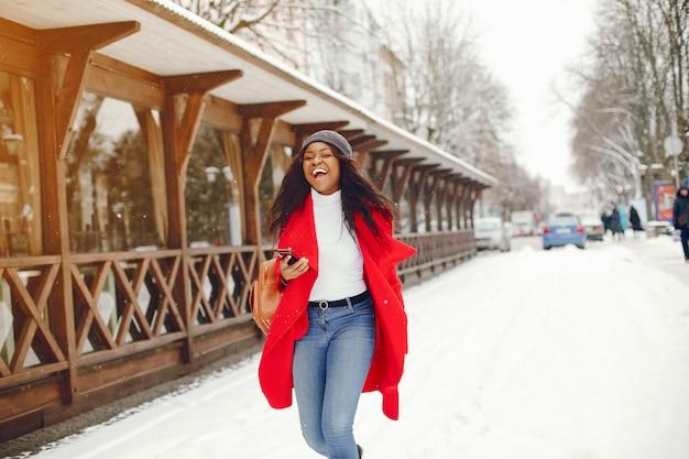 Linda chica negra en invierno