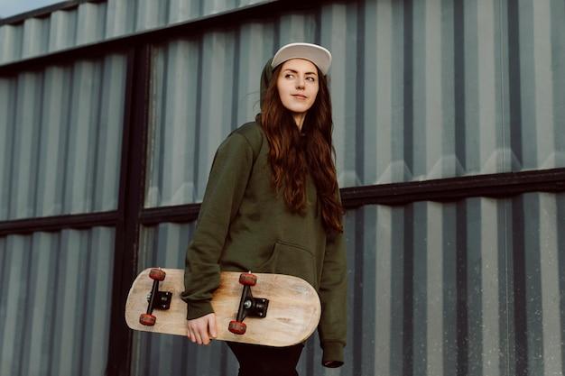 Linda chica patinadora y su patineta