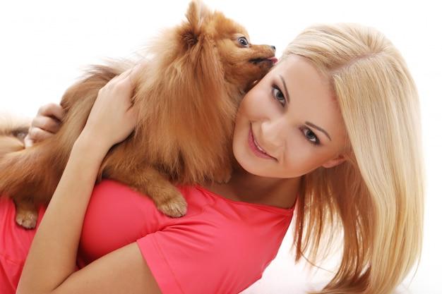 Linda chica con un perro