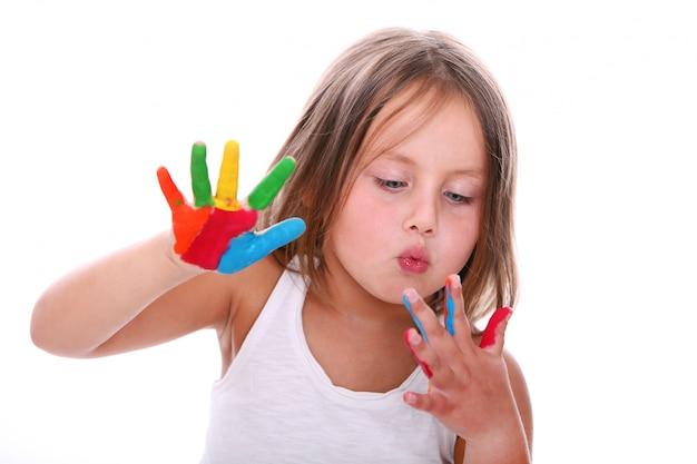Linda chica con pintura en manos