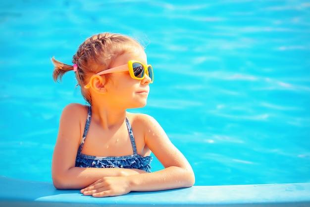 Linda chica en piscina