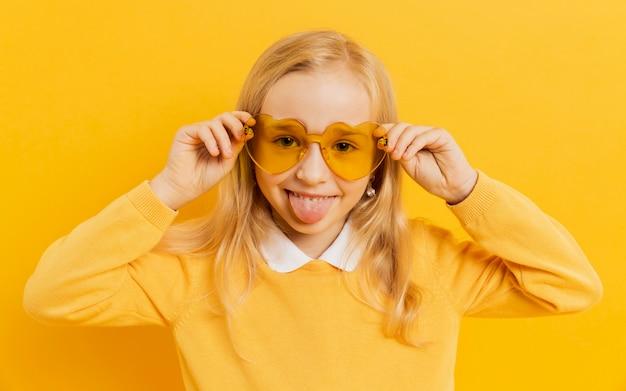 Linda chica posando con gafas de sol