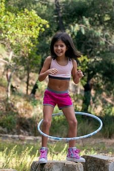 Linda chica posando con hula-hoop