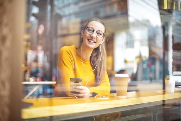 Linda chica relajante en un café