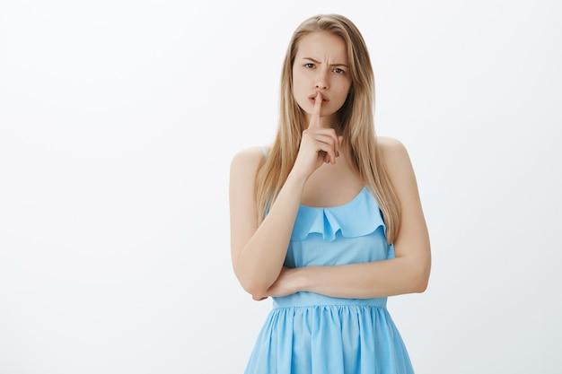 Linda chica rubia en elegante vestido azul