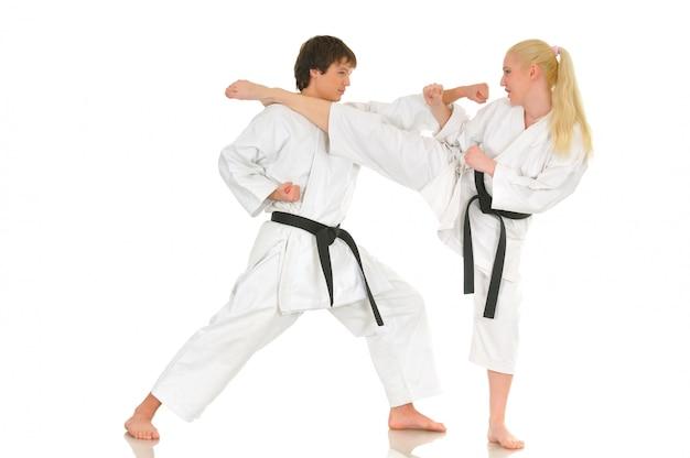 Linda chica rubia y un joven karate chico descarado