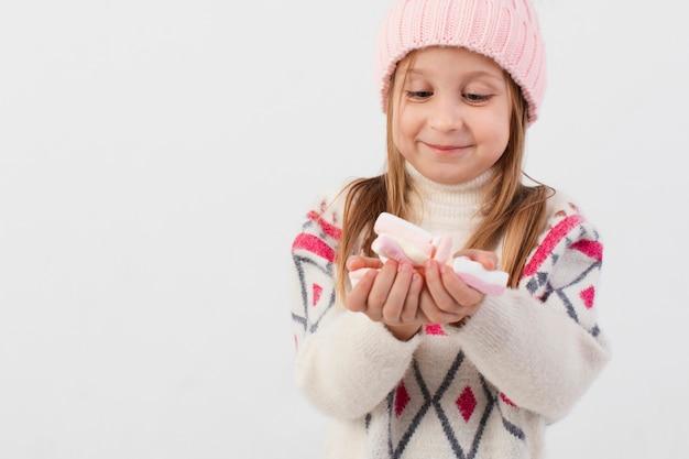 Linda chica rubia mirando dulces