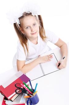 Linda chica sentada en el escritorio