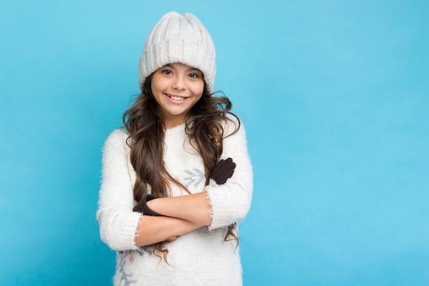 Linda chica con sombrero y manos cruzadas