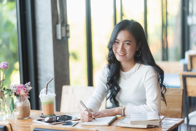 Linda chica trabajando en el cafe