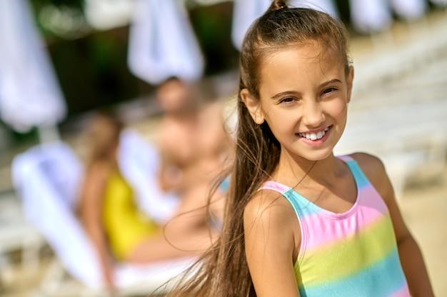 Una linda chica en traje de baño sonriendo amablemente