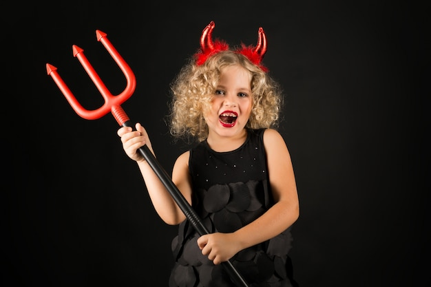 Linda chica en traje de diablo