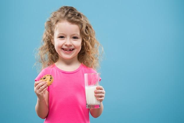 Linda chica con vaso y recipiente de leche