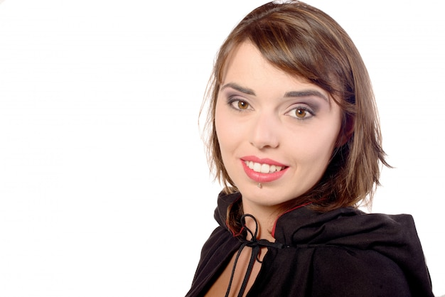 Linda chica vestida con una capa negra para halloween