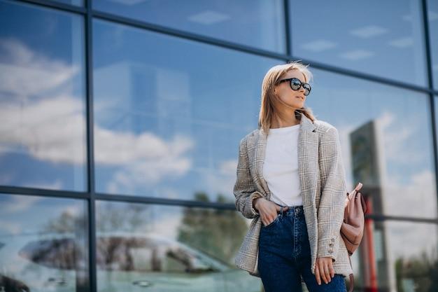 Linda chica viajando en otra ciudad