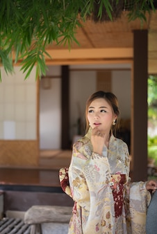 Linda chica con yukata japonesa