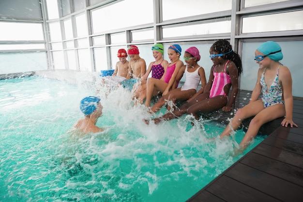 Linda clase de natación en la piscina con el entrenador