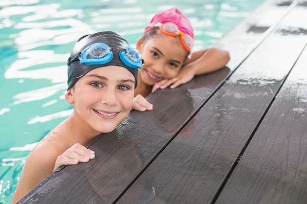 Linda clase de natación en la piscina
