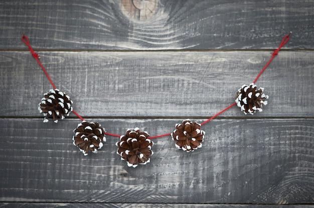 Linda decoración navideña en la madera vieja