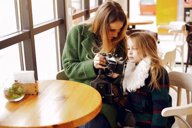 Linda y elegante familia en una cafetería.