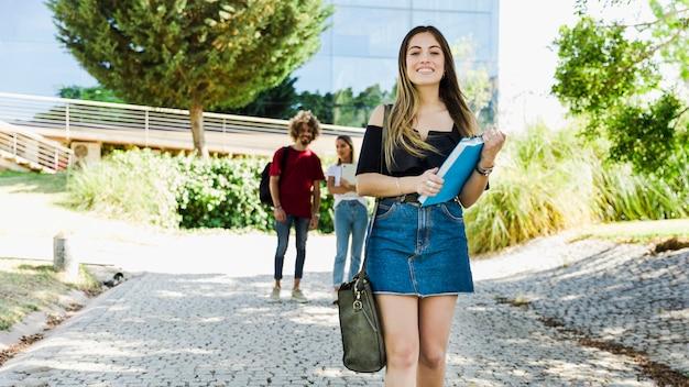 Linda estudiante caminando en el campus