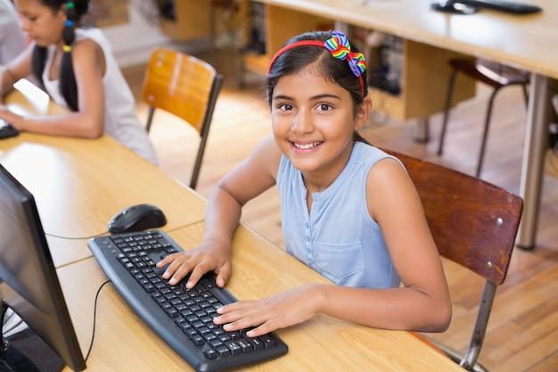 Linda estudiante en clase de informática