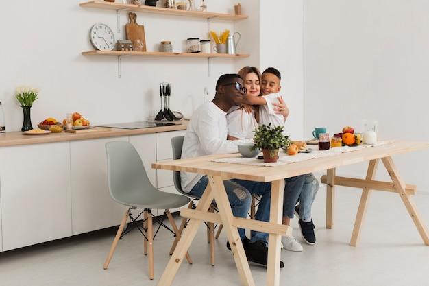 Linda familia estar cerca en la cocina