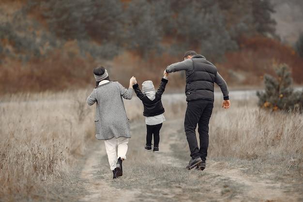 Linda familia jugando en un bosque de primavera