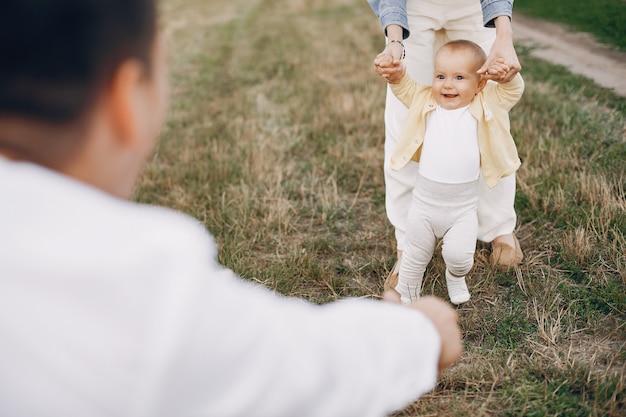 Linda familia jugando en un campo de otoño