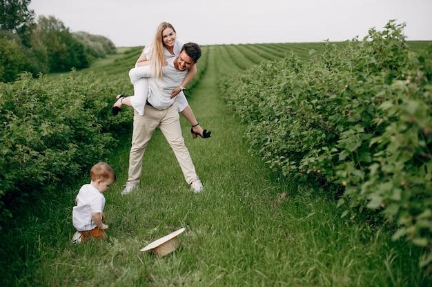 Linda familia jugando en un campo de verano