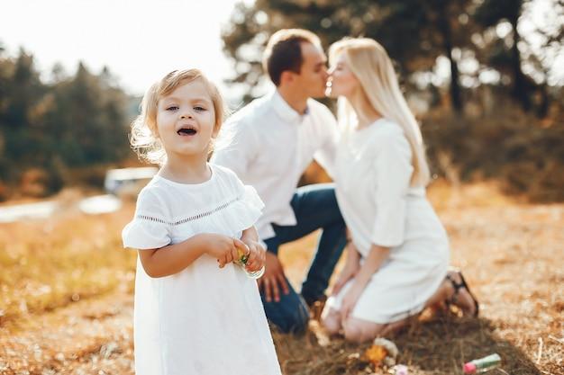 Linda familia jugando en un parque de verano