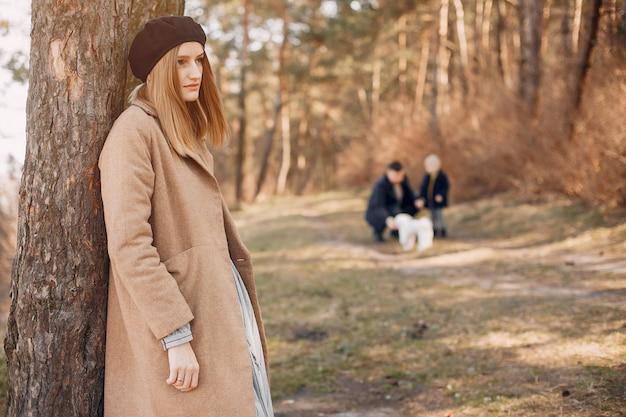 Linda familia jugando en un parque