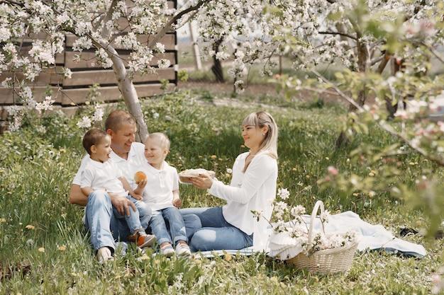 Linda familia jugando en un patio de verano