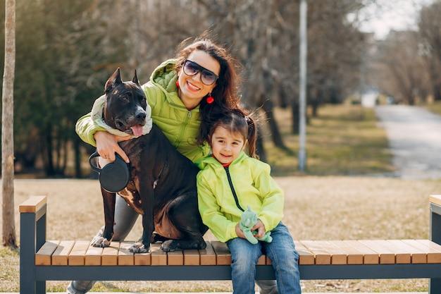 Linda familia en el parque