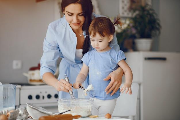 Linda familia prepara el desayuno en la cocina.
