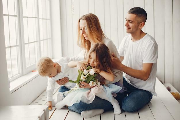 Linda y gran familia sentada en casa