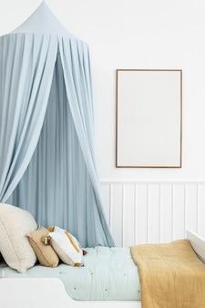 Linda habitación infantil escandinava con dosel azul