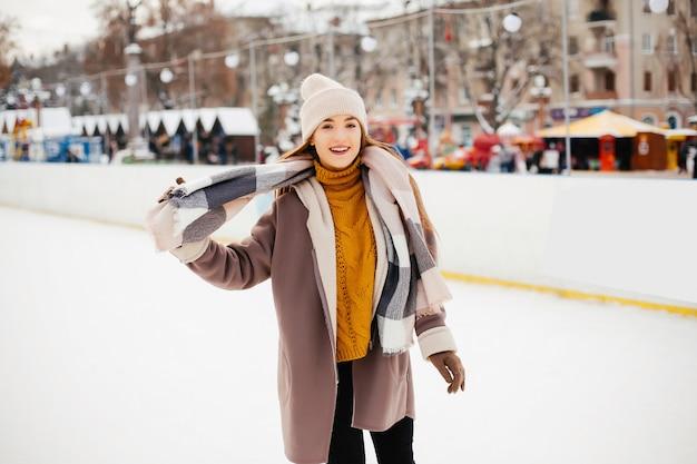 Linda y hermosa chica en una ciudad de invierno.