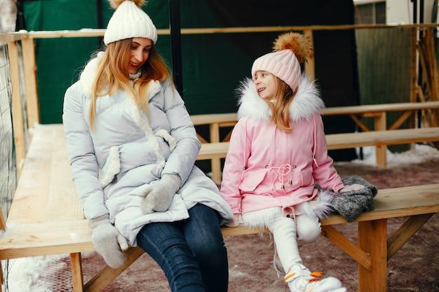 Linda y hermosa familia en una ciudad de invierno