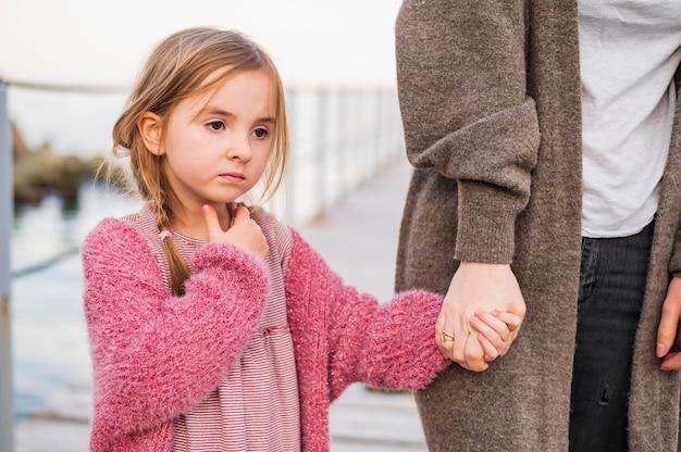 Linda hija y madre cogidos de la mano