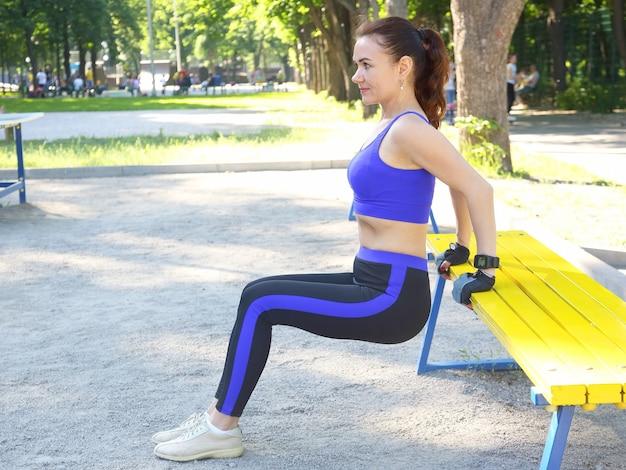 Linda joven atlética haciendo gimnasia en sus manos
