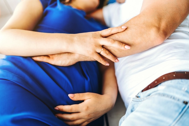 Linda joven embarazada con su esposo