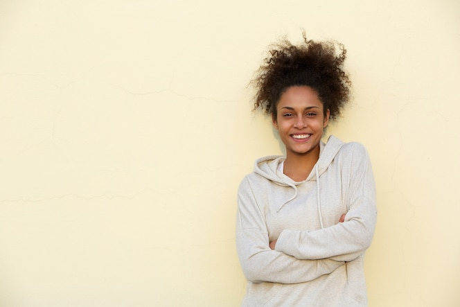 Linda joven mujer afroamericana sonriendo