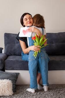 Linda jovencita abrazando a su hermosa madre