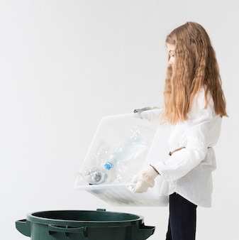 Linda jovencita feliz de reciclar