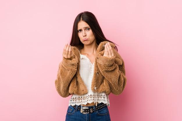 Linda jovencita mostrando que no tiene dinero.
